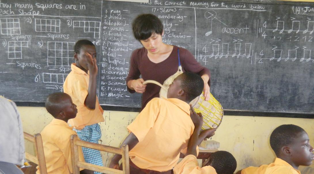 ガーナの子供たちとドラムを通して交流する日本人教育ボランティア